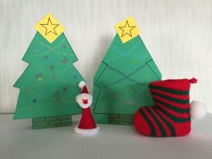 クリスマスツリーの形をしたカードを作りました!